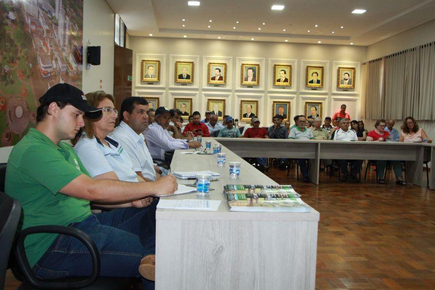 Agricultores e representantes de associações e sindicatos participam da reunião