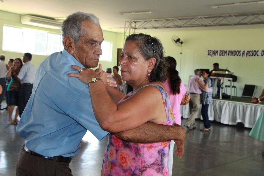 Idosos se exercitam dançando