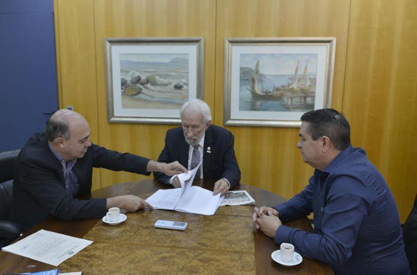 Miguel Amaral mostra a Darci Piana projetos que beneficiam Ivaipor�