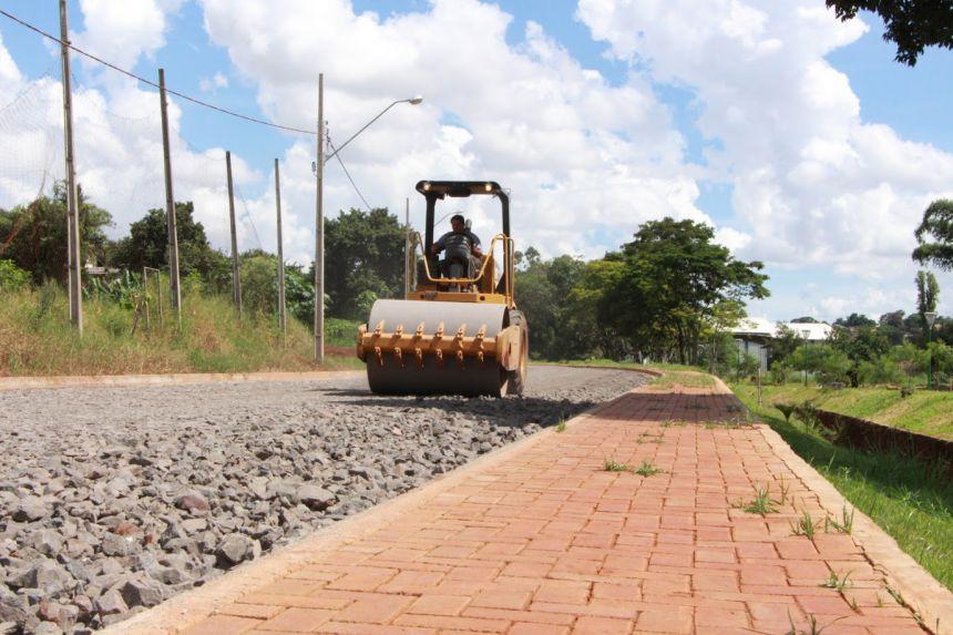 Rolo compactador passado nas Ruas Uberlândia e Londrina, paralelas ao Lago das Flores