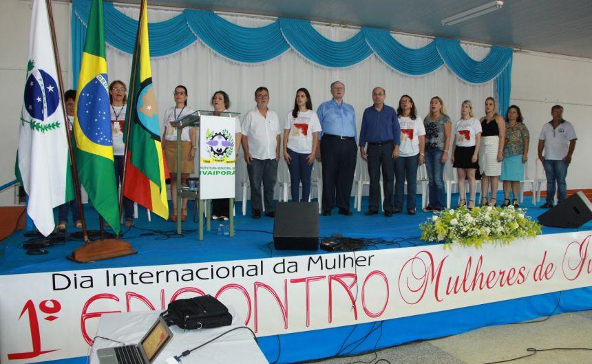 Membros da mesa de honra cantam Hino Nacional