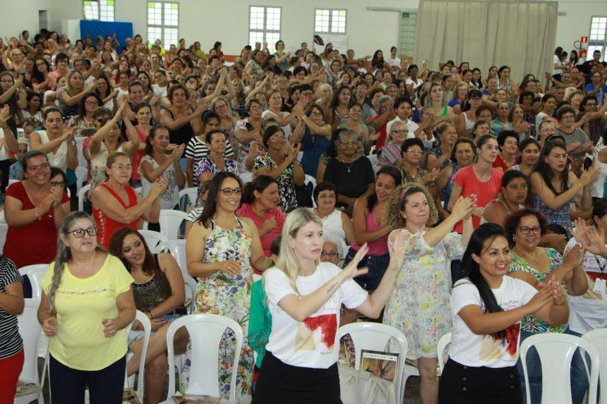 Mulheres se divertem no evento