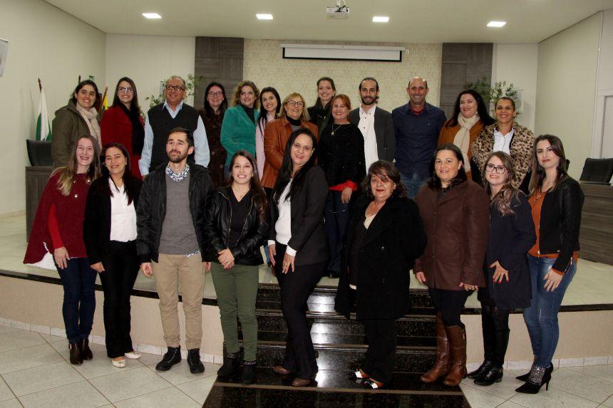 Professores e formandos comemoram conclusão do curso de Especialização em Gestão Escolar