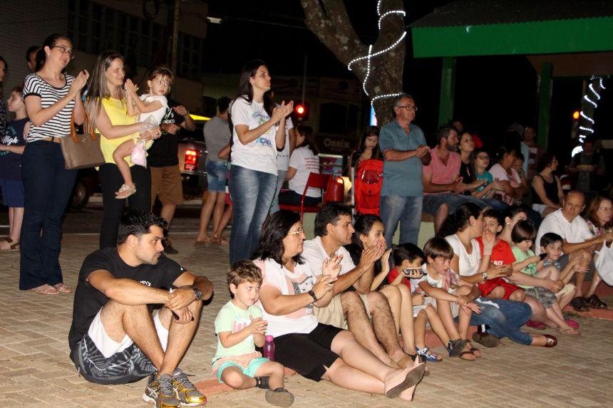 Público aplaude atuação de alunos/atores