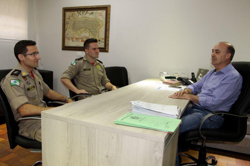 Tenente Alexandre Cavalca e capitão Rafael Galante conversam com prefeito sobre mudança de comando