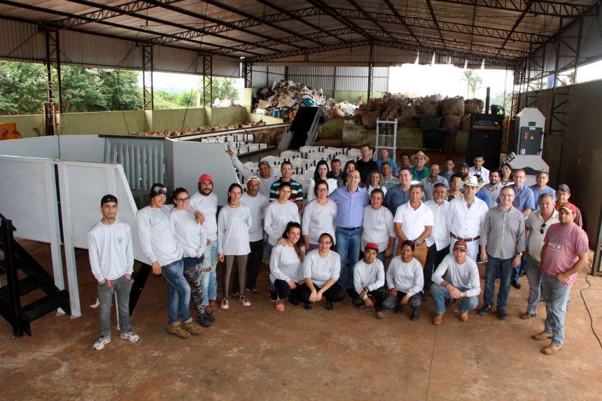 Equipes da Prefeitura, Câmara de Vereadores e Coopemari comemoram aquisição de equipamentos