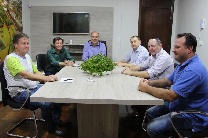 Prefeito debate avicultura com representantes de empresas