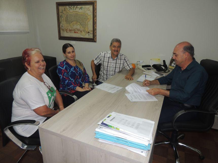 Prefeitura assina Convênio de Repactuação do programa Família Paranaense
