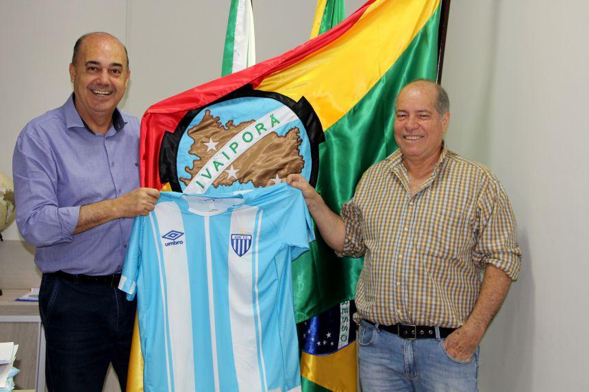 Miguel Amaral recebe camisa do Avaí