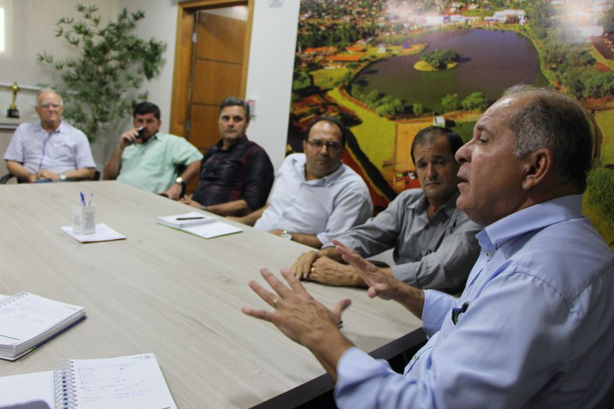 Prefeitos e diretores municipais de Sa�de atentos ao presidente do Ciuenp