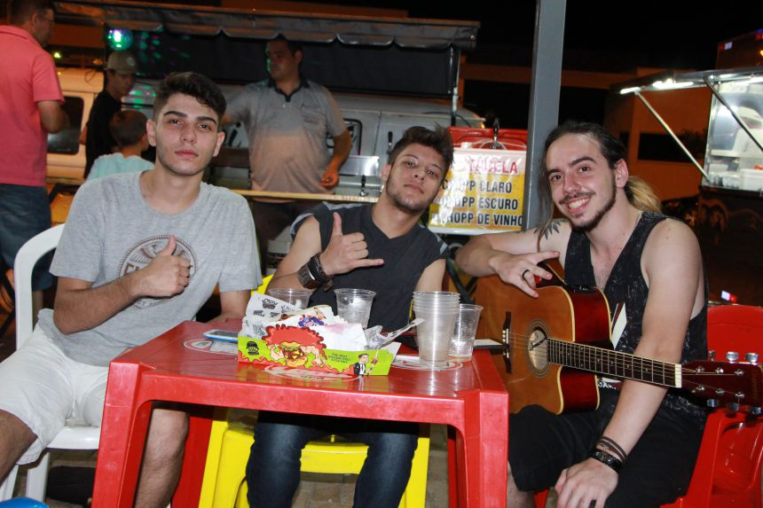 Trio de amigos aceita pedidos de músicas e anima evento