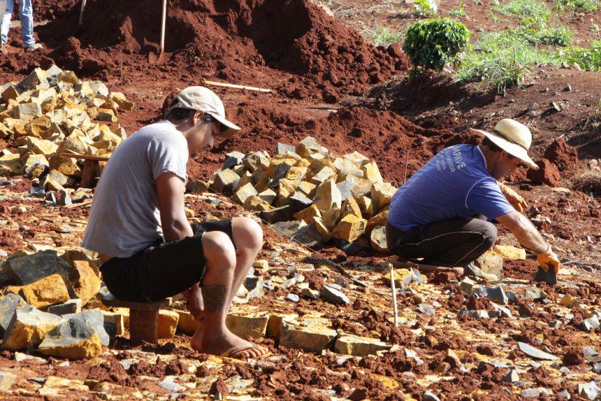 Prefeito de Ivaiporã vistoria obras de pavimentação com pedra irregular na Estrada Três Ranchinhos