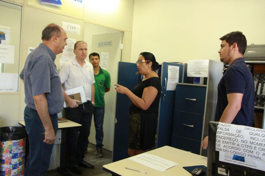 Na Junta de Serviço Militar, prefeito conversa com servidora