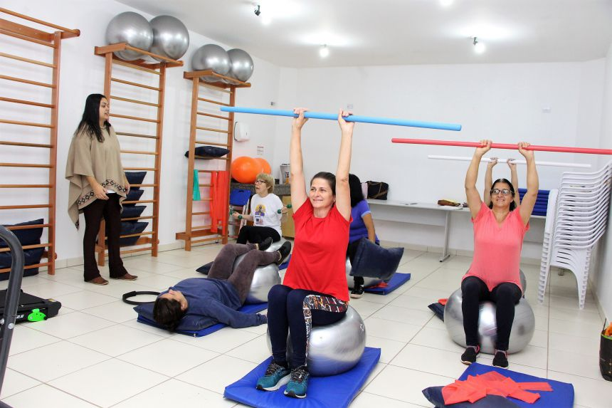 Fisioterapeuta Maria Carolina Schmitz coordena os exercícios