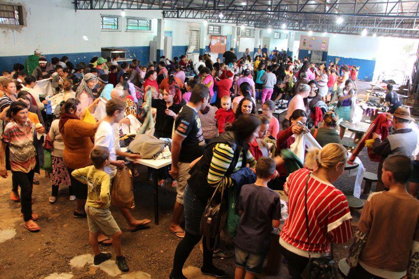 Famílias escolhem roupas na Escola Municipal Bento Viana