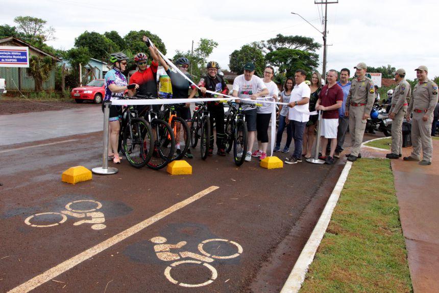 Prefeito Miguel Amaral e ciclistas descerram fita inaugural da 1ª Ciclovia de Ivaiporã