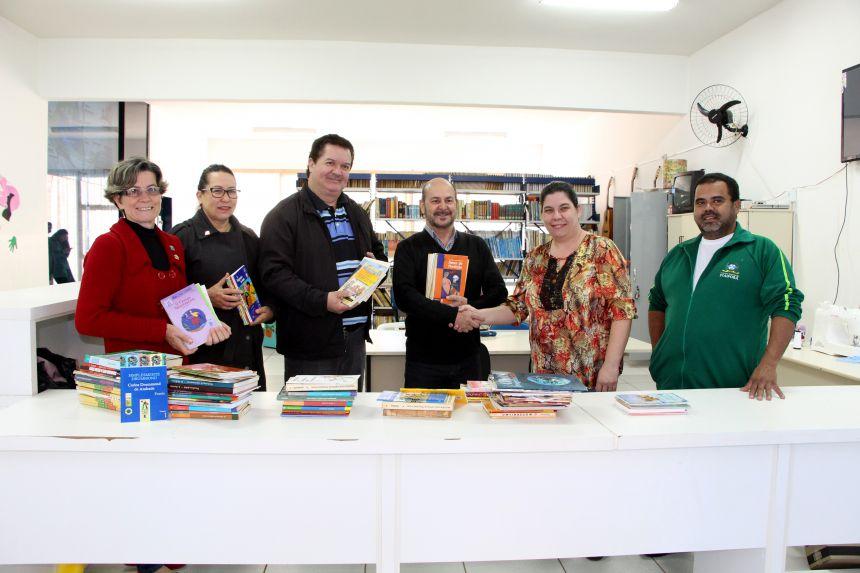 Tânia Ferreti, Irene Matos, Celestino Júnior, Celso Silva, Flávia Kuss e Marcos Paulo Kuss registram ato de entrega