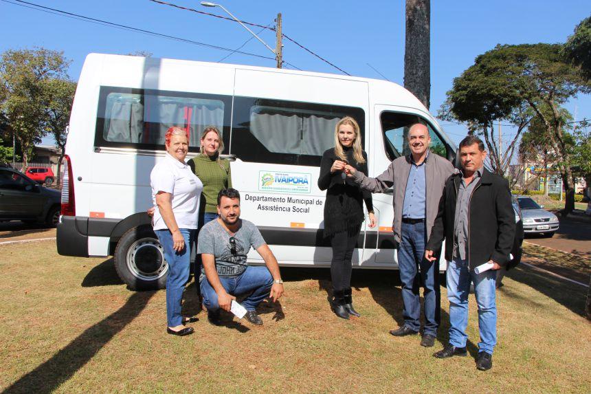 Van tem 16 lugares e será usada para atender pessoas que vivem em vulnerabilidade social