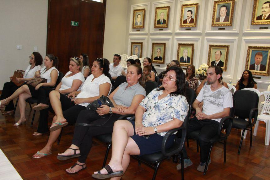 Departamento de Cultura da Prefeitura de Ivaiporã premia aluna que venceu concurso do Slogan do Natal