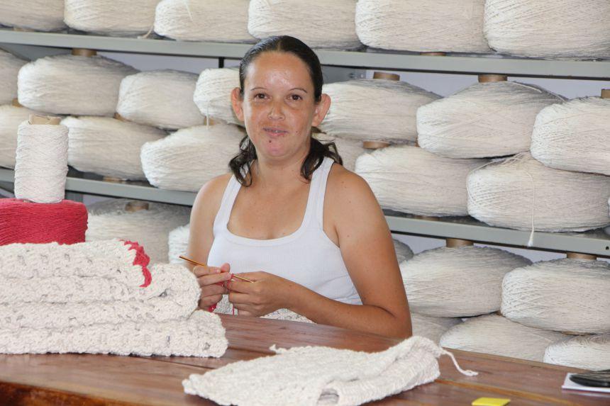 F�tima Matos � crocheteira h� mais de 10 anos e produz dois jogos de tapetes por dia