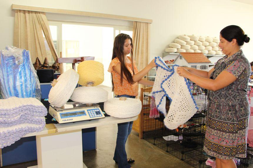 Luana Fonseca recebe tapete de crocheteira