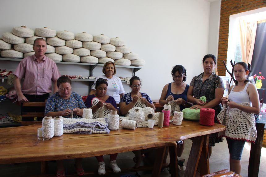 Marcus Wielewski, professora de artesanato, C�lia Venciguerra, e as alunas na Casa do Artes�o