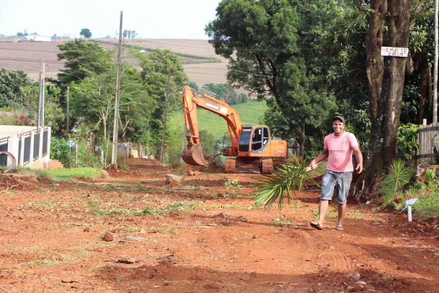 Na Rua Palotina (Jardim Alvorada) Marcos Moreira afirma que as pedras irregulares ir�o proporcionar melhor qualidade de vida aos moradores