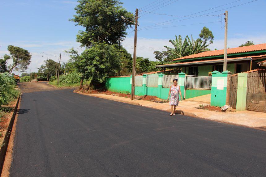 Na Rua Osvaldo Cruz (Jardim Imperial) moradora caminha pelo asfalto