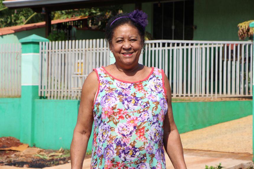 Izeni Miranda sorri com a conclus�o da pavimenta��o asf�ltica na Rua Osvaldo Cruz, no Jardim Imperial