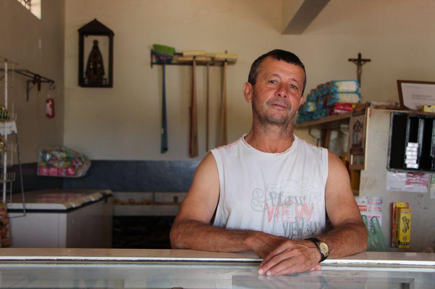 Jos� Luiz, propriet�rio da Mercearia S�o Luiz, comemora obra que vai valorizar o com�rcio