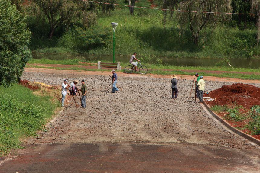 Nas Ruas Londrina e Uberl�ndia, pr�ximas ao Lago das Flores, equipes assentam pedras irregulares
