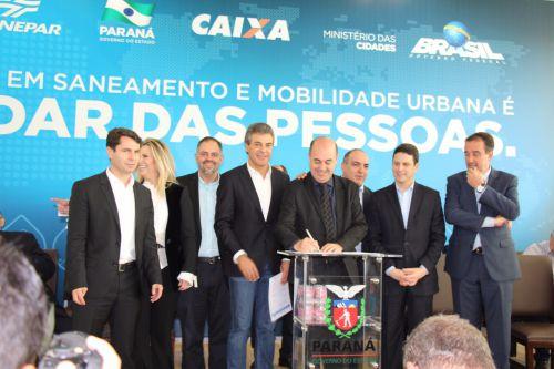 Miguel Amaral recebe convênio na presença do governador Beto Richa