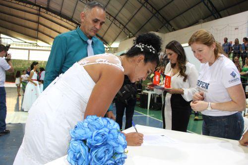 Casais oficializam união