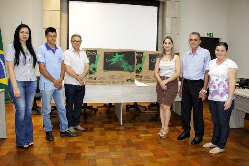 Carine Silva e Juracy Dias entregam prêmios aos contribuintes Samuel Fernandes Silva e Hélio da Silva Ribeiro