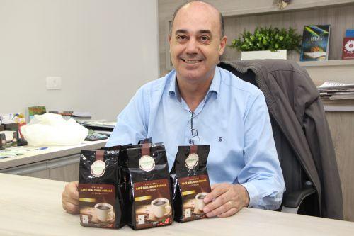 Coordenador regional da Emater entrega ao prefeito de Ivaiporã café premiado do Paraná