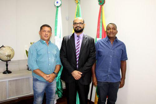 Prefeito interino de Ivaiporã, Ilson Gagliano, dá boas-vindas ao delegado Aldair Oliveira, acompanhado pelo