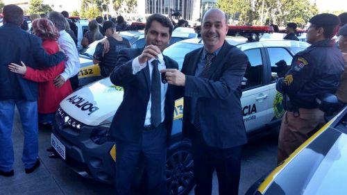 Miguel Amaral exibe chaves de viatura da Polícia Militar