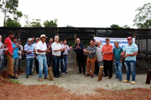 Miguel Amaral e Ilson Gagliano descerram fita com produtores rurais