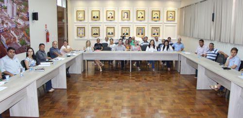 Diretores de departamentos municipais atentos aos �ndices apresentados pelo coordenador de Or�amento