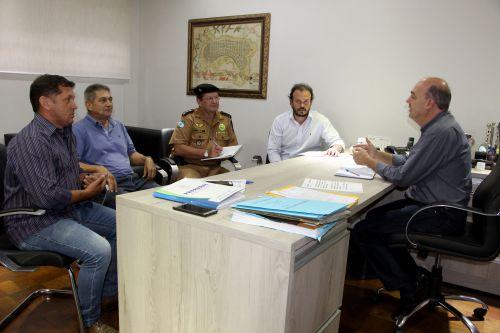Miguel Amaral e autoridades policiais conversam sobre segurança no município
