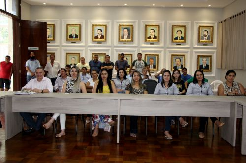 Equipe da Prefeitura e convidados acompanham assinatura do edital