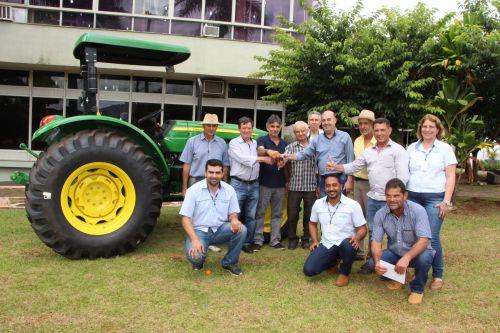Prefeitura de Ivaiporã entrega trator à Associação da Agricultura Familiar do Jacutinga