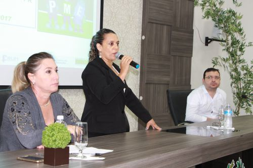 Em nome do prefeito Miguel Amaral, diretora do Departamento Municipal de Educação, Rose Sirço, dá as boas-vindas aos professores