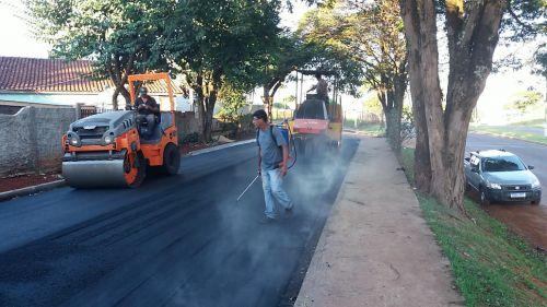 Prefeitura de Ivaiporã asfalta Rua Marginal próxima ao Hipermercado Paraná