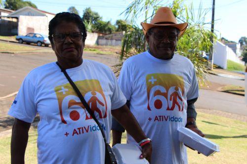 Casal Antônio e Maria Santos caminha junto