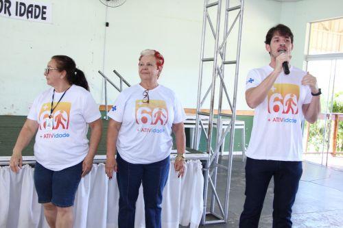 Idosos são incentivados pelo enfermeiro João Felipe Marques da Silva a praticar atividades