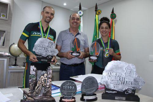 Prefeito Miguel Amaral recebe casal de ciclistas Alessander Sanches (Sandy) e Silvia Nardi Sanches