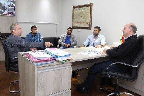 No gabinete prefeito conversa sobre próximos projetos