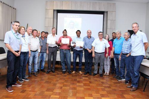 Valdecir de Souza, Valdecir Siqueira Teixeira e Walter Marcomini são parabenizados pelas autoridades e lideranças