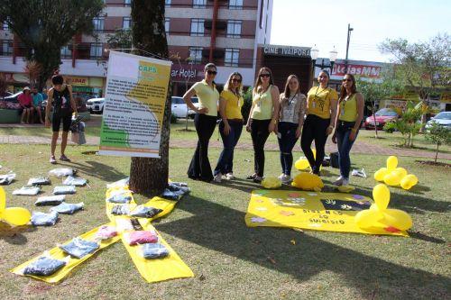 equipe do Caps (Centro de Atenção Psicosocial) expôs um laço amarelo na Praça Manoel Teodoro da Rocha